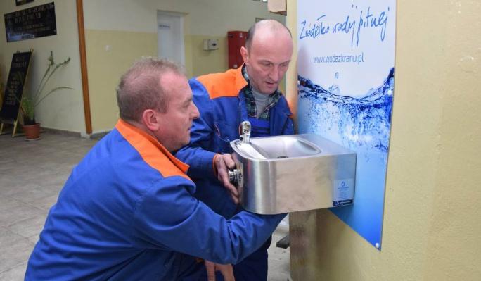Źródełka z wodą dostępne w chojnickich szkołach
